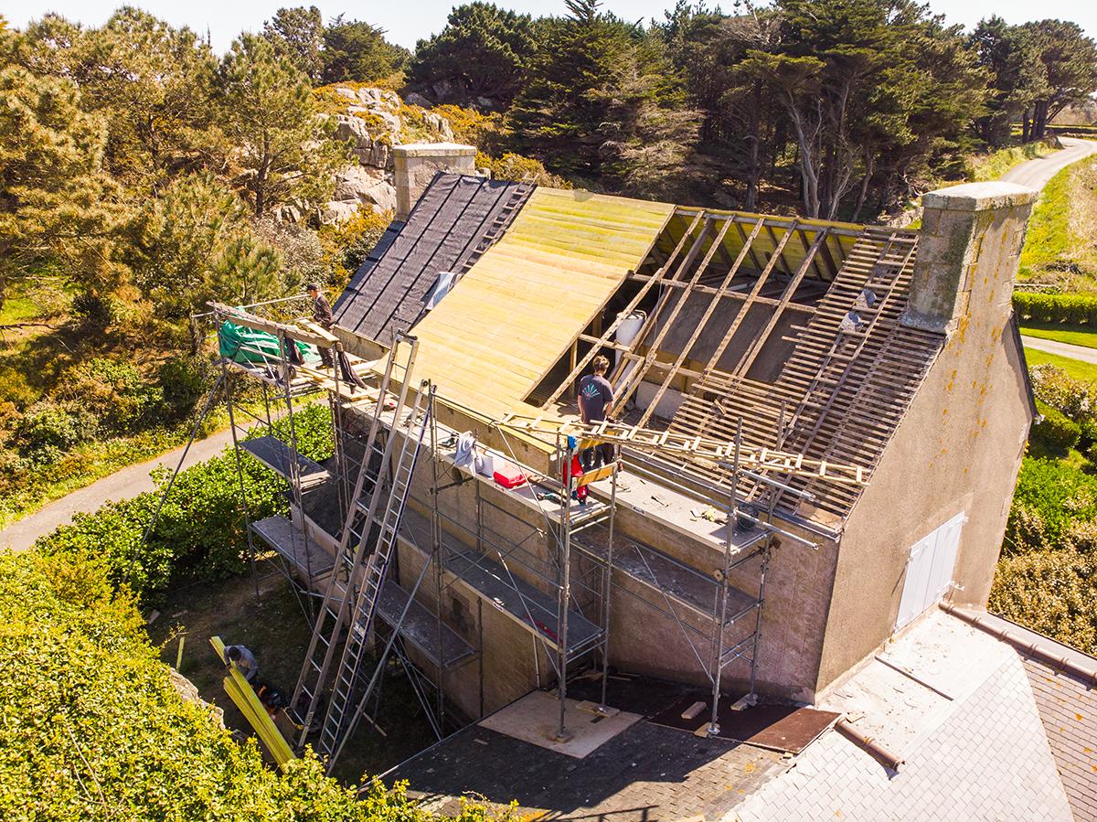 Rénovation de toiture en ardoise par des couvreurs à Plougrescant 22