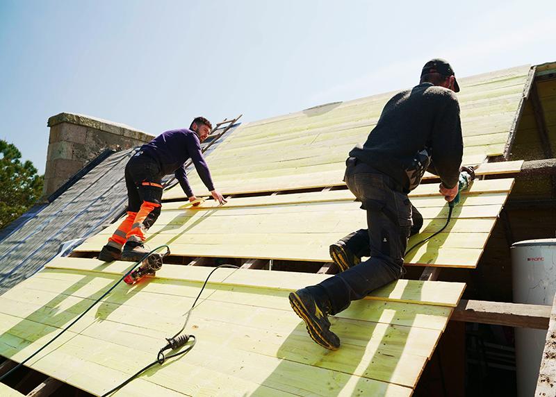 Pose de voliges pour toit en ardoise